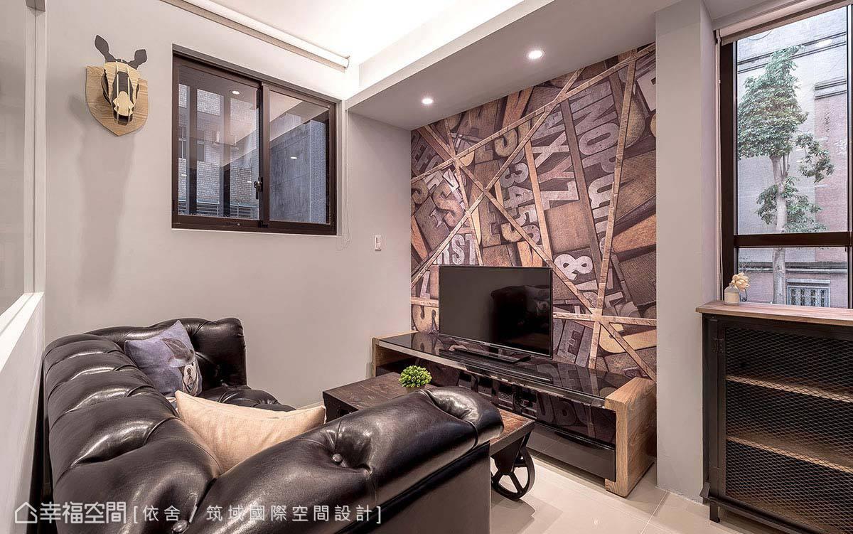 黑色皮質沙發與個性壁紙的呼應,搭配一旁的鐵件造型家具,打造工業風的經典呈現。