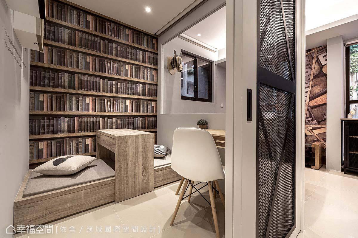 書櫃意象的壁紙運用,鋪敘出書房的明確定義,貼心安排的臥榻機能,利用架高設計增添下方的收納空間,活動式桌面則讓使用更為彈性。