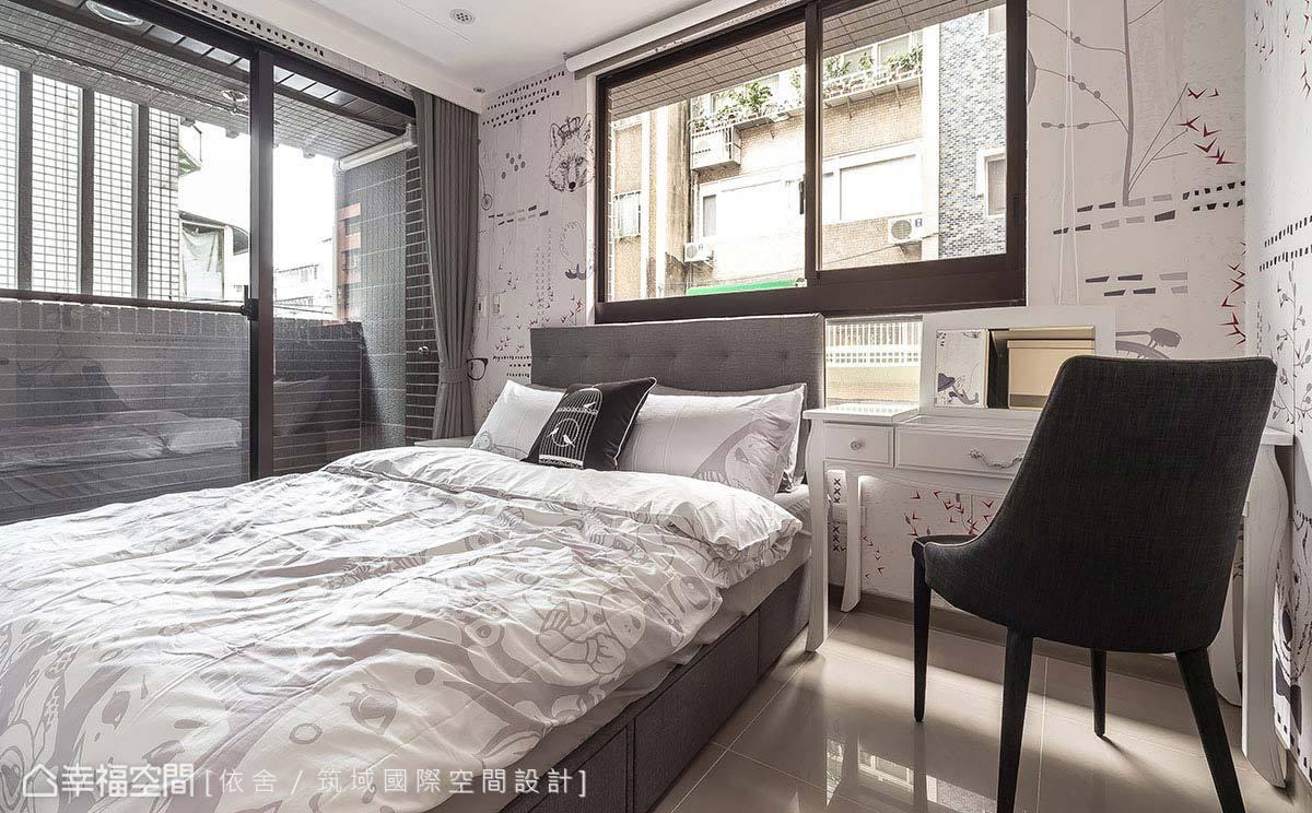 有別於公領域的強烈風格表現,臥房透過傢俱與局部用色,讓臥眠回歸寧靜,呈現「輕」工業質感。