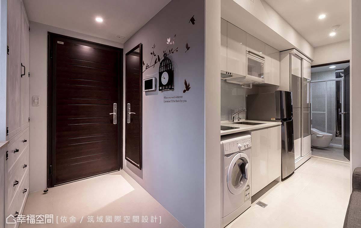 善用玄關隔間牆,於另一側置入完善的廚具機能,回應小空間內的料理需求。