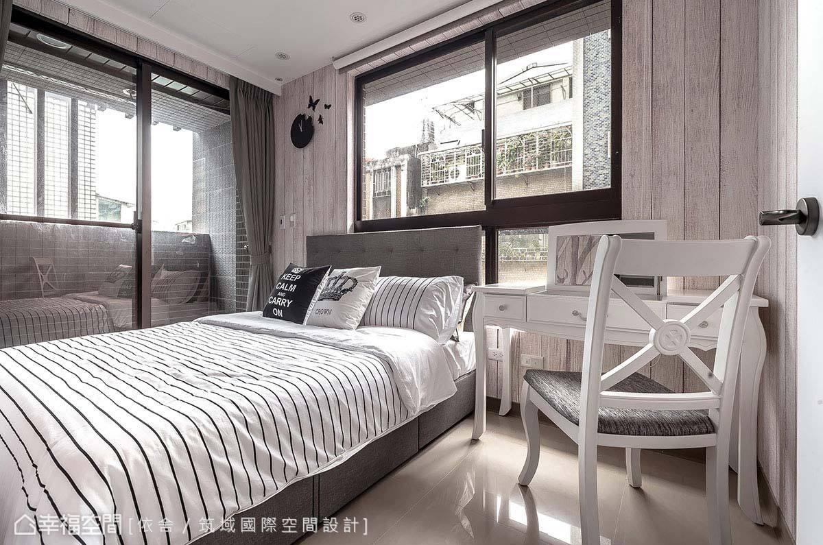 臥房透過木紋壁紙與淺色傢俱、軟件的搭配,展現北歐的自然鄉村風情。