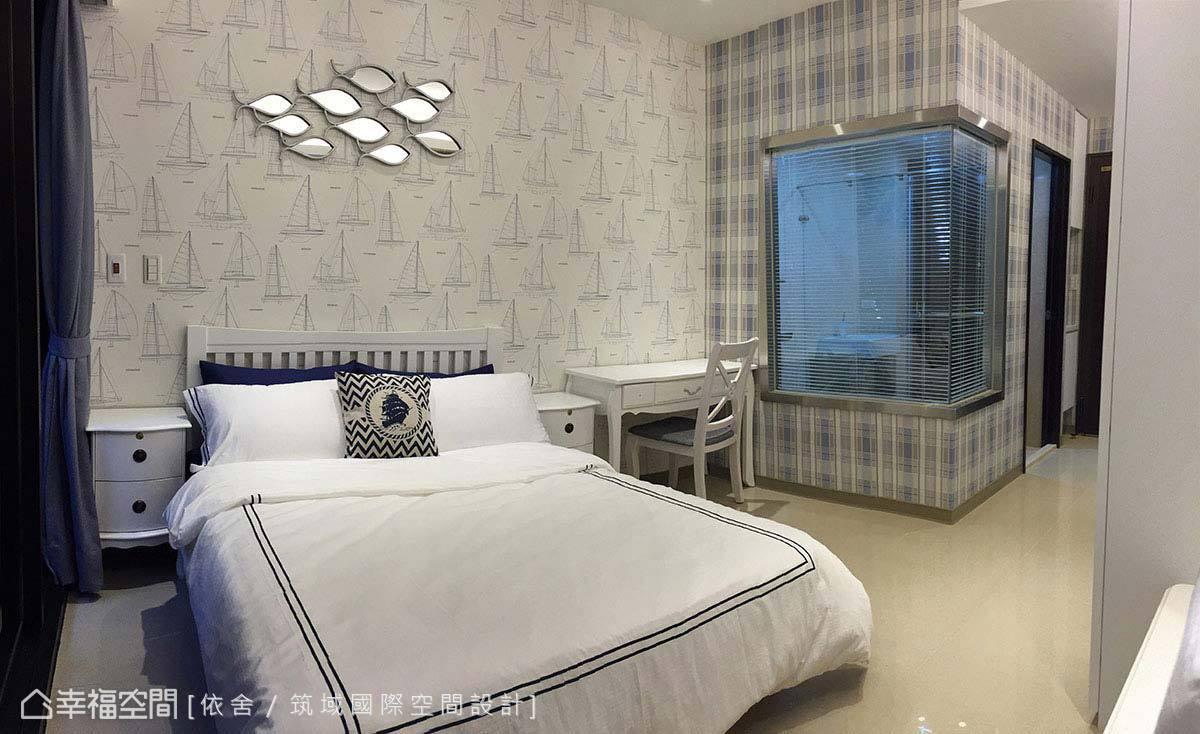 窗頭主牆帶入帆船圖騰壁紙,飾以游魚造型傢飾,搭配寢具的藍白配色,創造具海洋意象的現代風格。