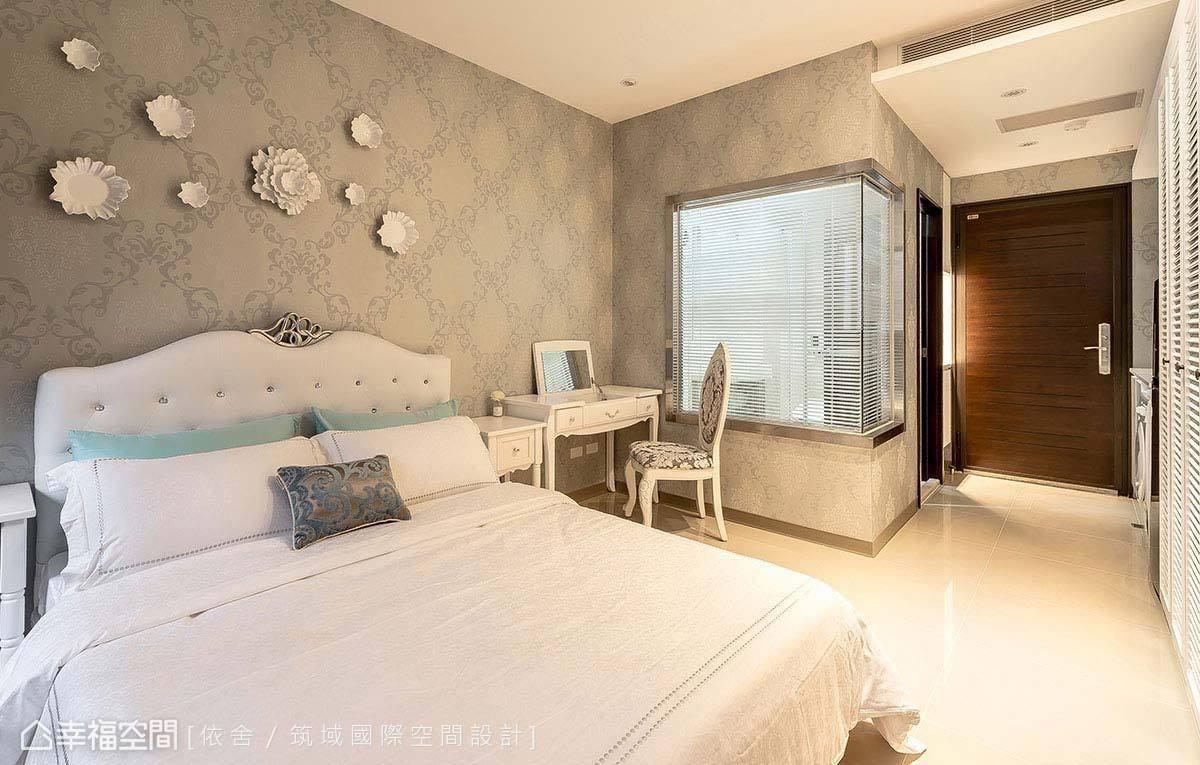 以淡色圖騰壁紙鋪述典雅氣韻,精雕床頭造型與純色傢俱軟裝,細膩堆疊古典氛圍。