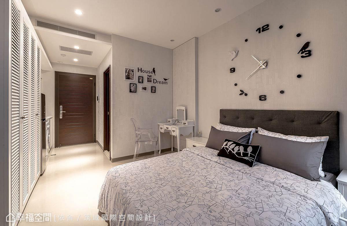 同樣的素雅基調中,以深色系寢具創造沉穩的空間氛圍。
