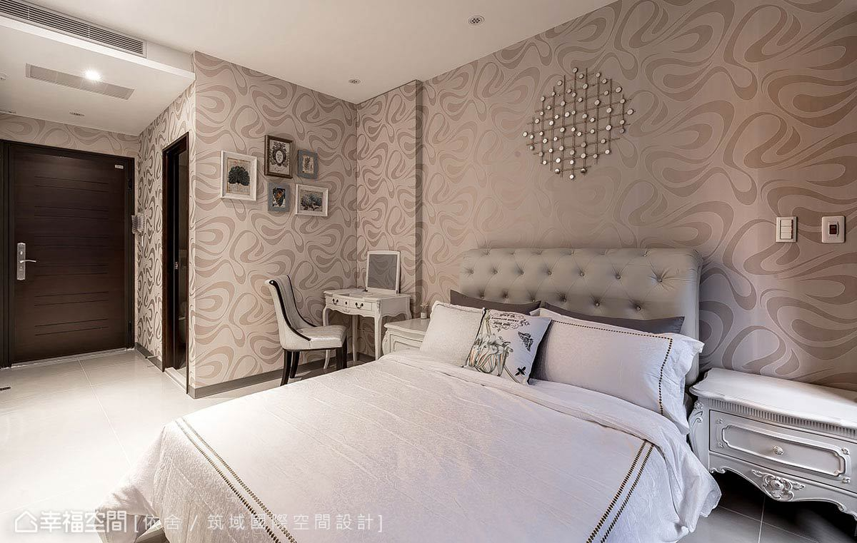陳永祥、李雨蓁設計師運用大器圖騰壁紙,綴點精緻的璀璨裝飾,細膩延展古典情韻。