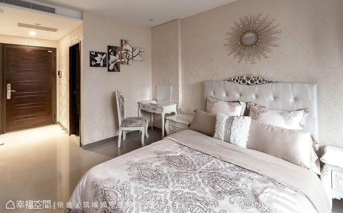 淡雅的繁複雕花壁紙,呼應寢飾的圖騰風情,搭配帶線板線條的造型傢俱,打造古典的空間風格。