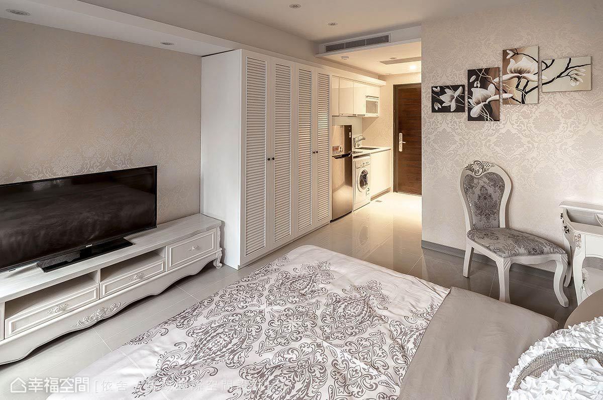 以整合性手法,將收納與廚具機能收至牆邊,維繫動線順暢的同時,也創造寬敞的空間中心。