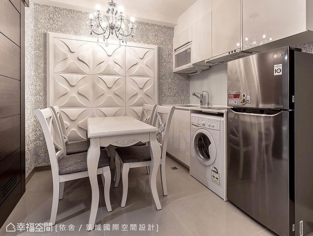 陳永祥、李雨蓁設計師透過造型裝飾,將開關箱隱藏於餐廳主牆;具線條感的白色系餐桌椅及水晶吊燈,則是古典風格的細膩呈現。