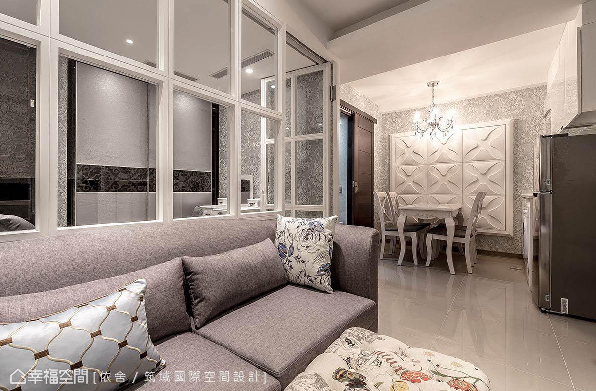 藉由一道隔間牆,界定小空間內的機能段落,牆面的格子玻璃窗造型,讓視線更顯穿透空間隨之寬敞。