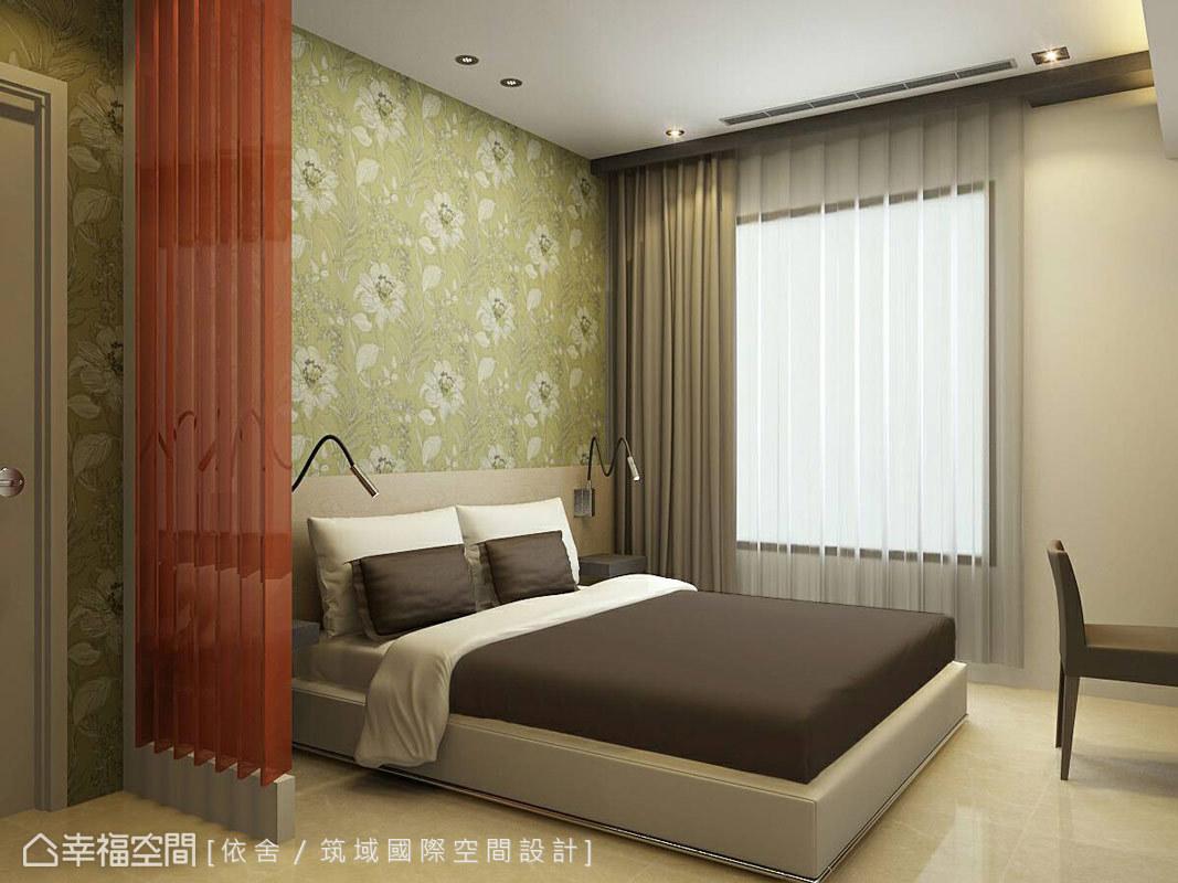 由於屋主從事科技業,陳永祥設計師特地於主臥安排情境燈控,讓燈光照明及窗簾能依據白天、夜晚等需要的模式設定,按鍵即可呈現。