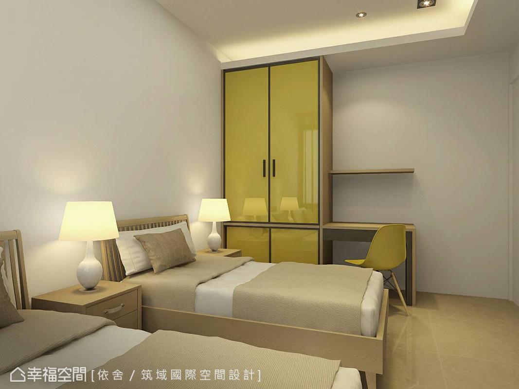 僅做度假用的居所,櫥櫃捨棄笨重量體,安排為輕巧實用的型態。黃色壓克力材質面板,賦予空間明快活力的鮮明個性。