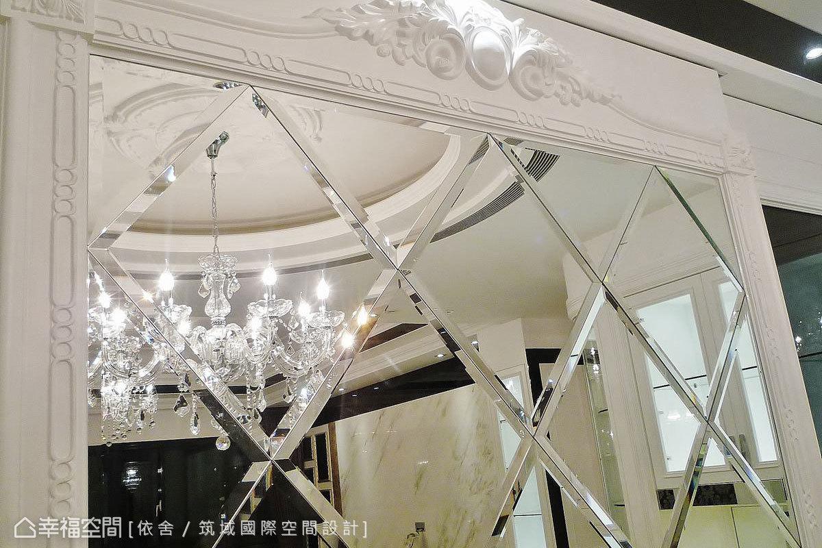 餐廳特別設計了落地式拼花玻璃鏡,佐以雕花線板點綴古典韻味。