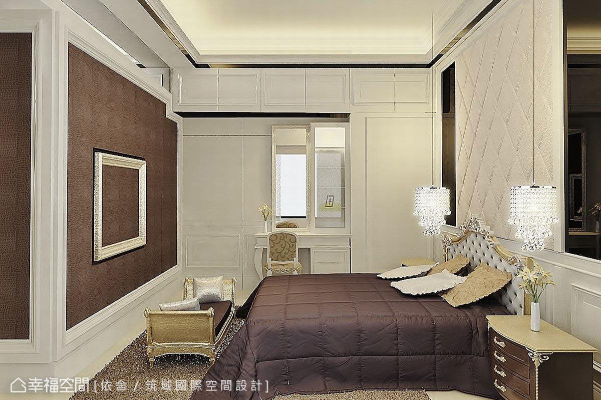 延續主空間的新古典線板,主臥室加入訂製繃布板和水晶吊燈,增加整體的奢華質地。