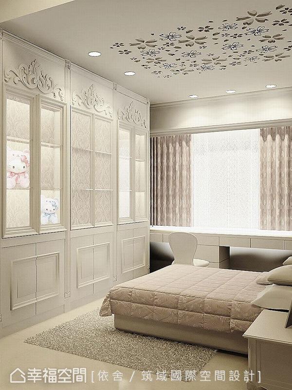 公主風的女孩房以白色偏粉作為主色調,天花板鏤空的雕花成為空間中的驚喜巧思。