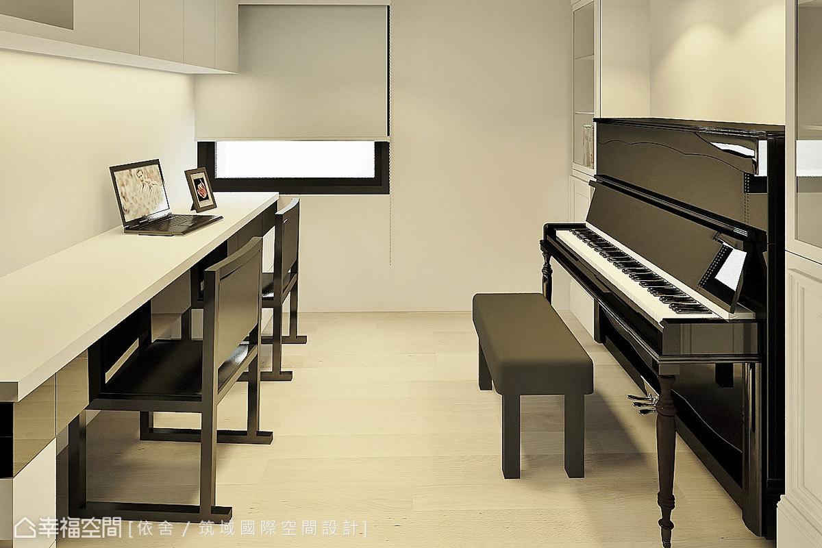 挑高的書房設計成夾層,一樓擺放書桌與鋼琴,二樓則作為客房用。沒有過多綴飾,簡約的線條和木質地板營造舒適的閱讀氣氛。