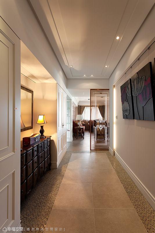 以復古地磚及馬賽克磁磚拼貼出古典風味,英式古典線條的玄關櫃與畫框穿衣鏡,在古典桌燈趁脫下,打造西式生活風情。