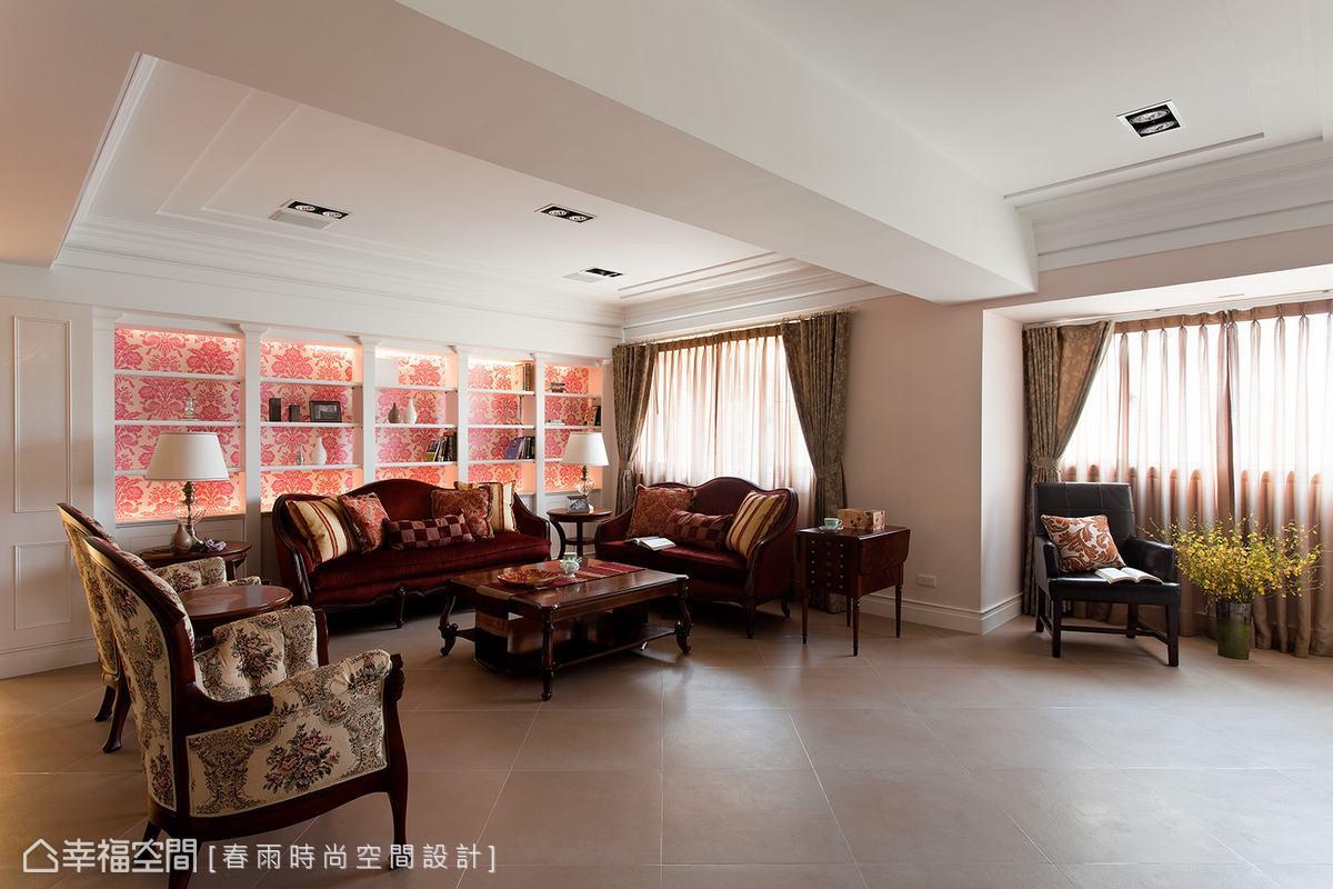 三組不同花色的英式沙發鋪排在客廳空間,相同的胡桃木邊框及卡布里腿椅腳構築古典優雅氛圍。