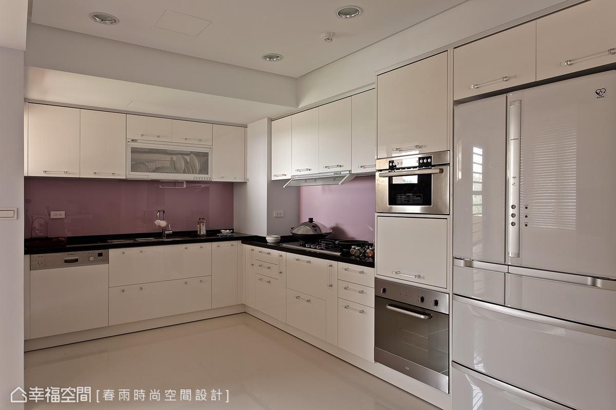 淺紫搭配淺白的古典配色,在ㄇ字型的廚房空間以現代表情呈現。