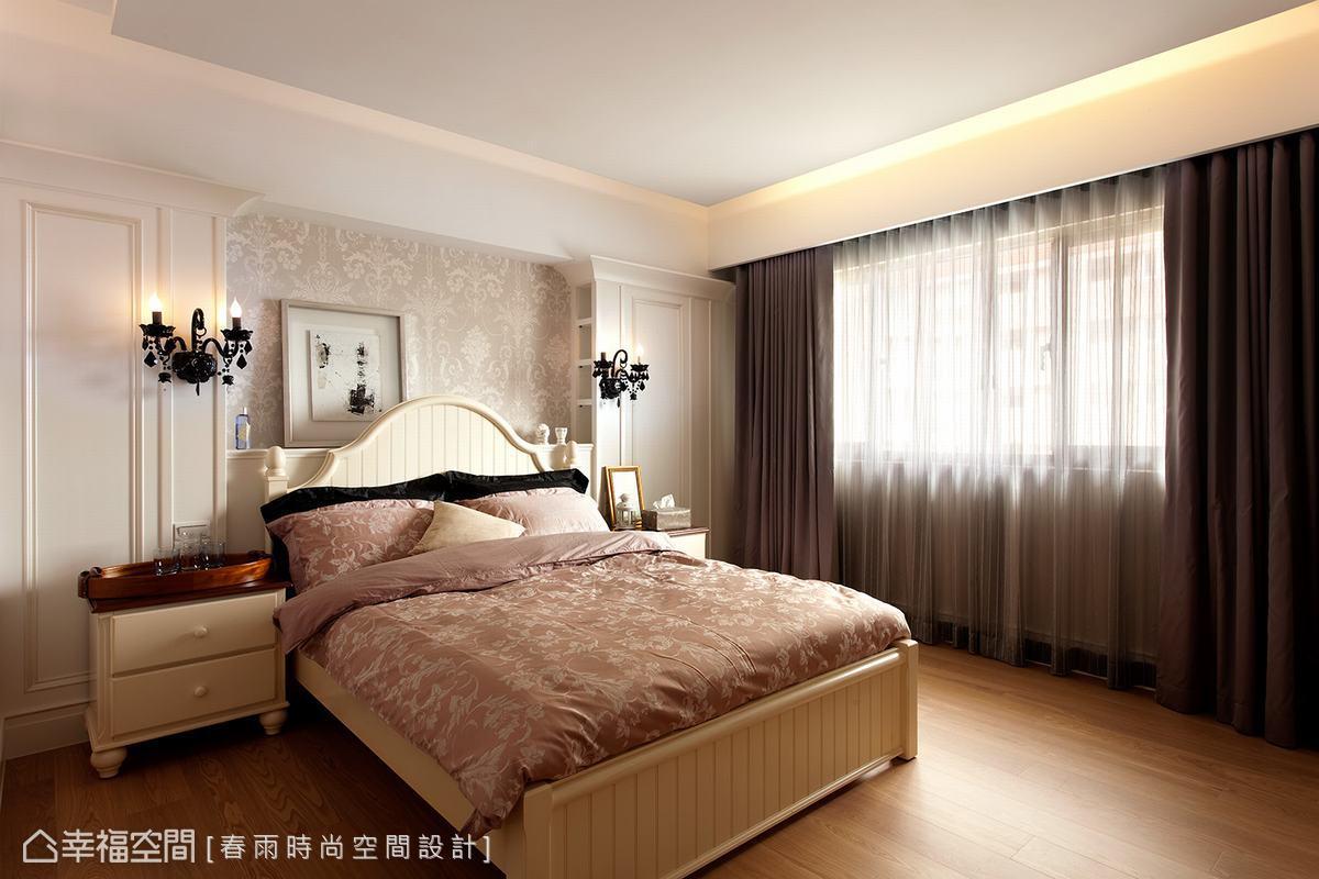 設計師將主臥室的床頭設計成英國安妮皇后時期流行的山形牆線條,用以呼應室內整體英式古典氣氛。