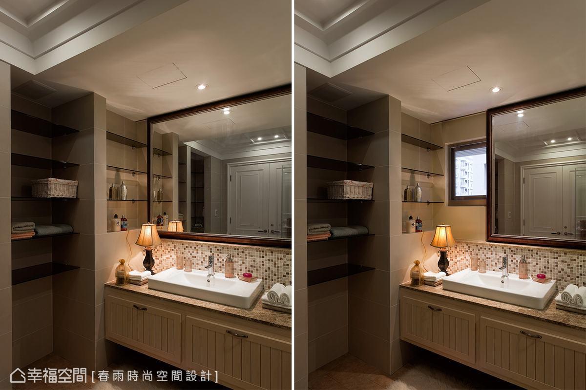 設計師以馬賽克磁磚及茶玻層架規劃的內衛浴空間,木質畫框鏡面後藏著一扇對外窗,推開鏡框對著朝陽漱洗,美好的一天就從這片優雅朝氣中開始。