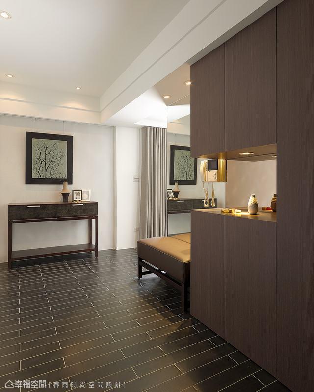 重整過後的格局,多出完整的玄關空間,設計師利用充裕的坪數規劃大型鞋櫃、穿鞋椅,甚至還有端景造景飾牆。