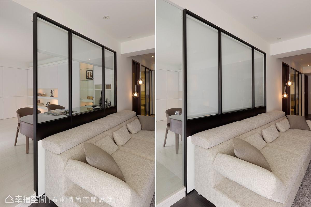 設計師以清玻璃及鐵件在客廳與書房間打造穿透式隔間牆,亦可隨使用需求下拉捲簾增加隱密性。