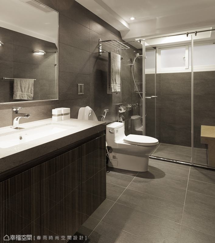 衛浴 深色沉穩地衛浴空間,設計師貼心於淋浴區加設座椅,體貼長輩的安全。
