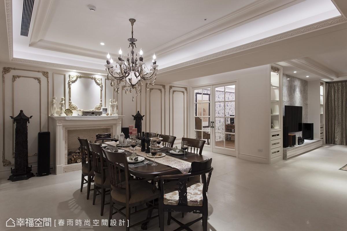 入內視覺輕易就被金漆描邊的細緻雕花線板擄獲,與屋主的藝品收藏完美融會出美式宅邸的文藝沙龍風貌。