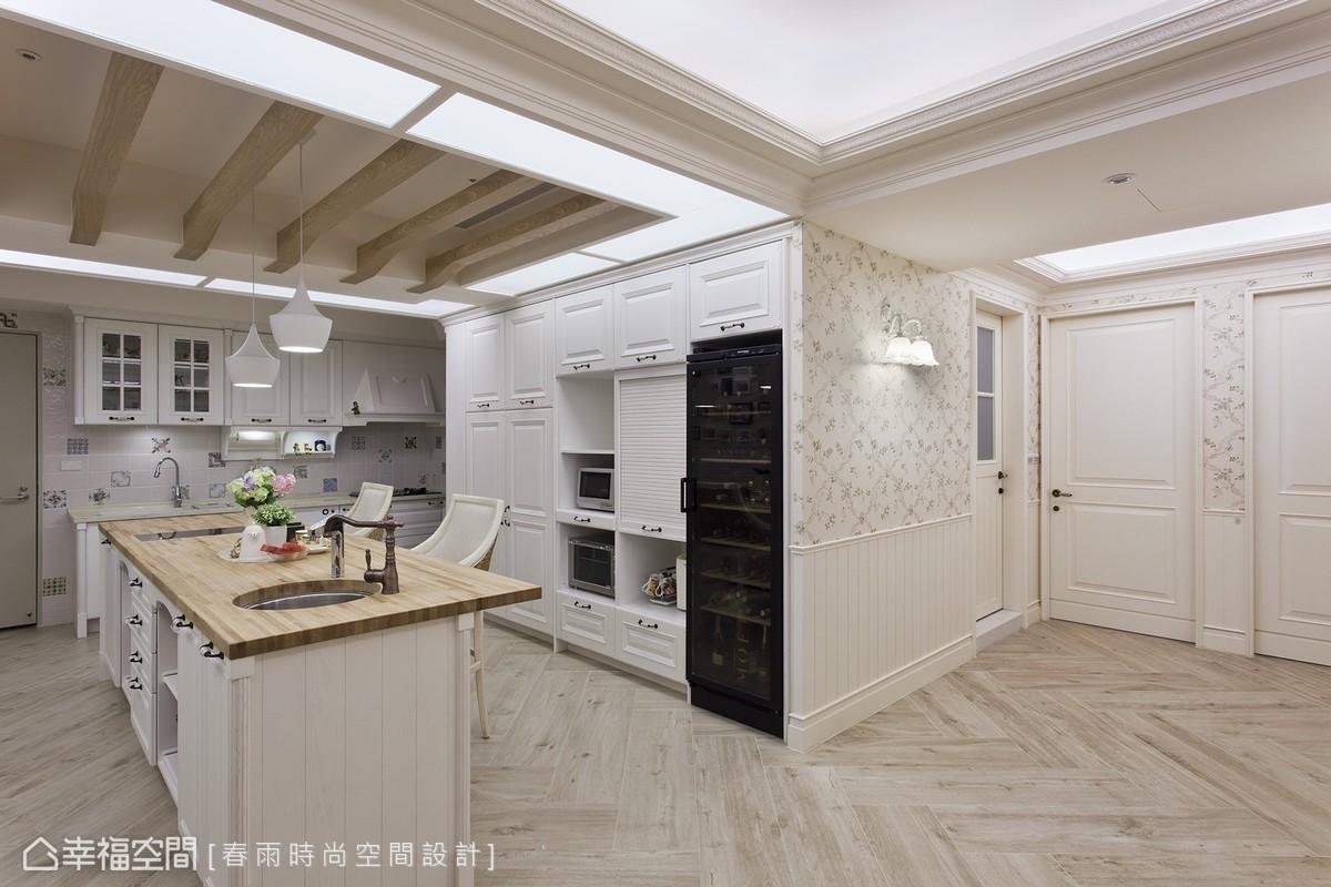 廚房規劃為家人主要的活動場域,三米長的木作中島是家人共享天倫早午餐,也是夫妻啜飲品酒的lounge吧檯。