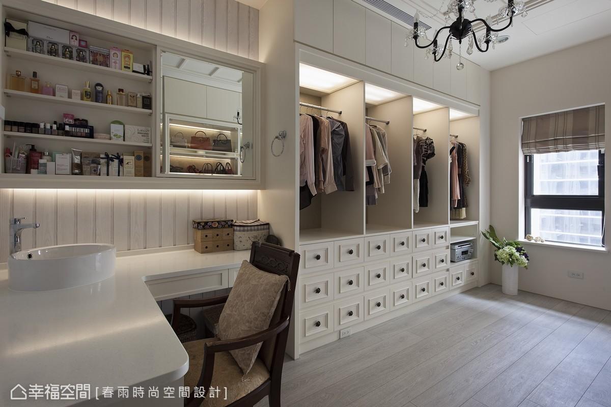 除了包包、衣飾展示收納機能外,還有簡單盥洗及閱讀設計,開創更衣室全新格局。