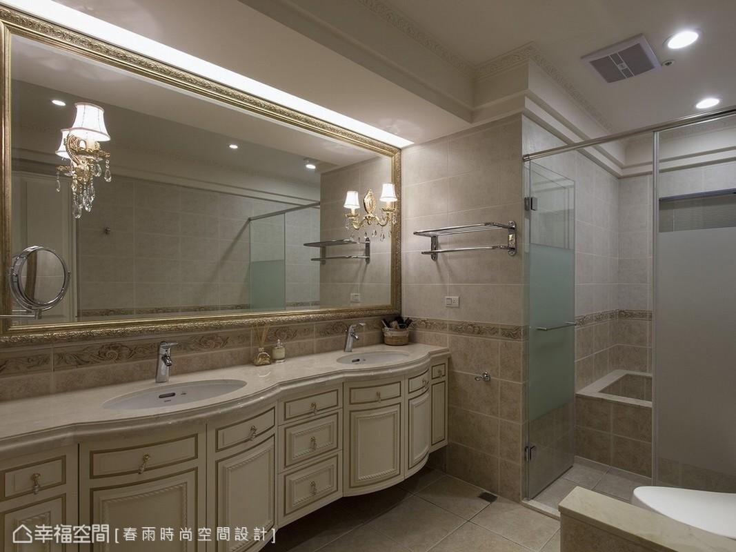 設計師運用進口磚與藝術畫框,營造星級飯店等級的衛浴空間。