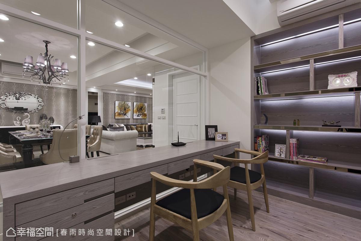 木作打造的書桌預先規劃上掀蓋式線路插座,保持桌面與穿透視野的乾淨齊整。
