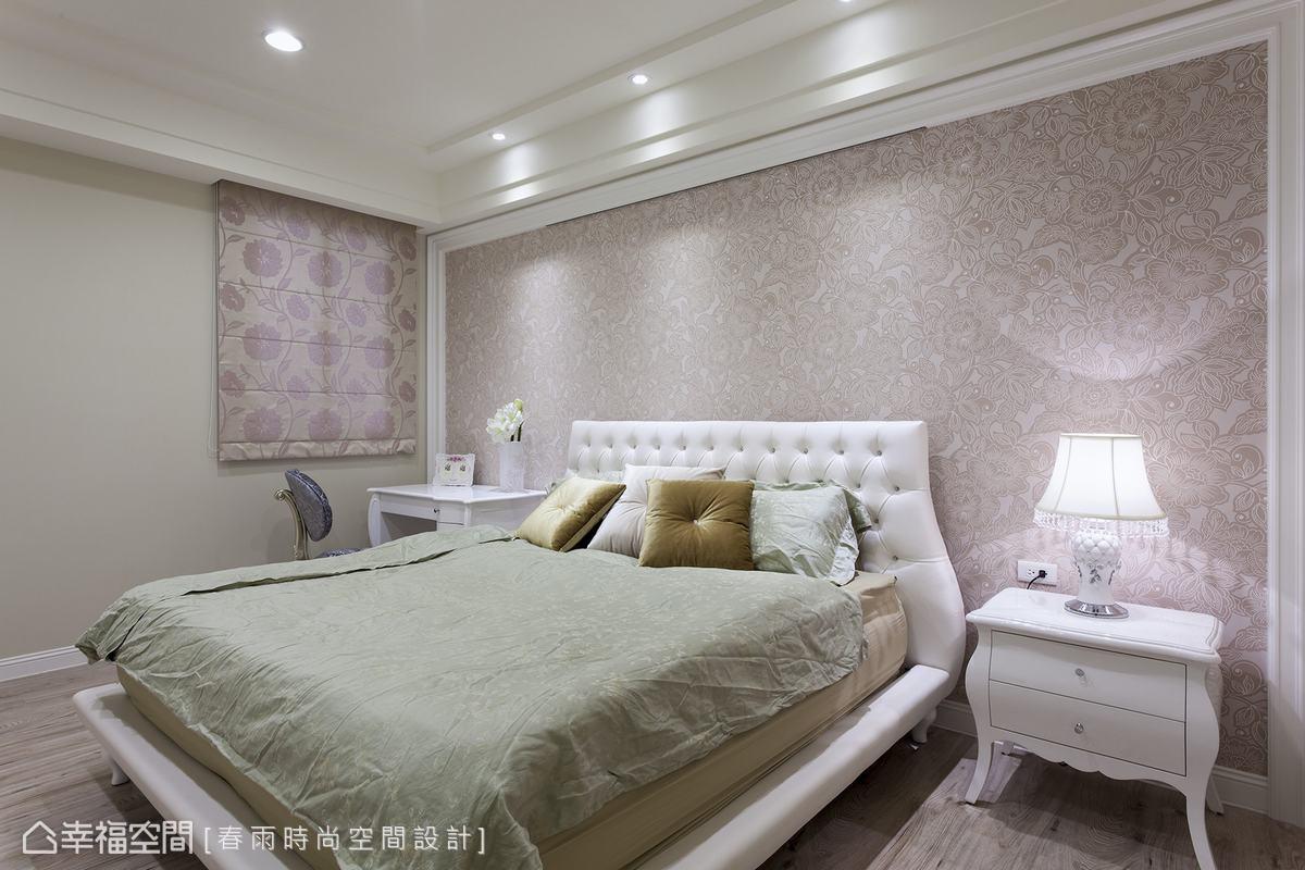 粉色系壁紙與白色床頭板柔美主臥房氛圍。