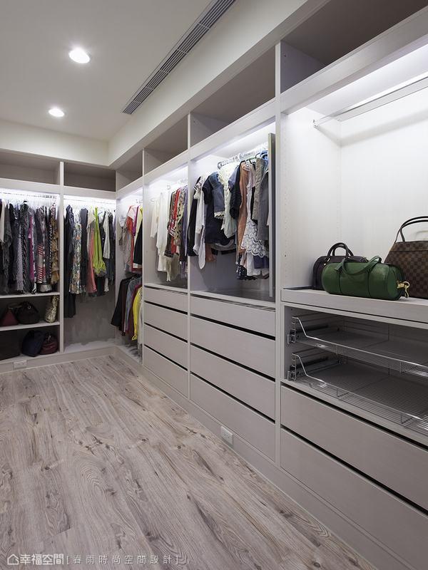 春雨設計考量屋主的服飾配件,打造溫馨機能的更衣空間。