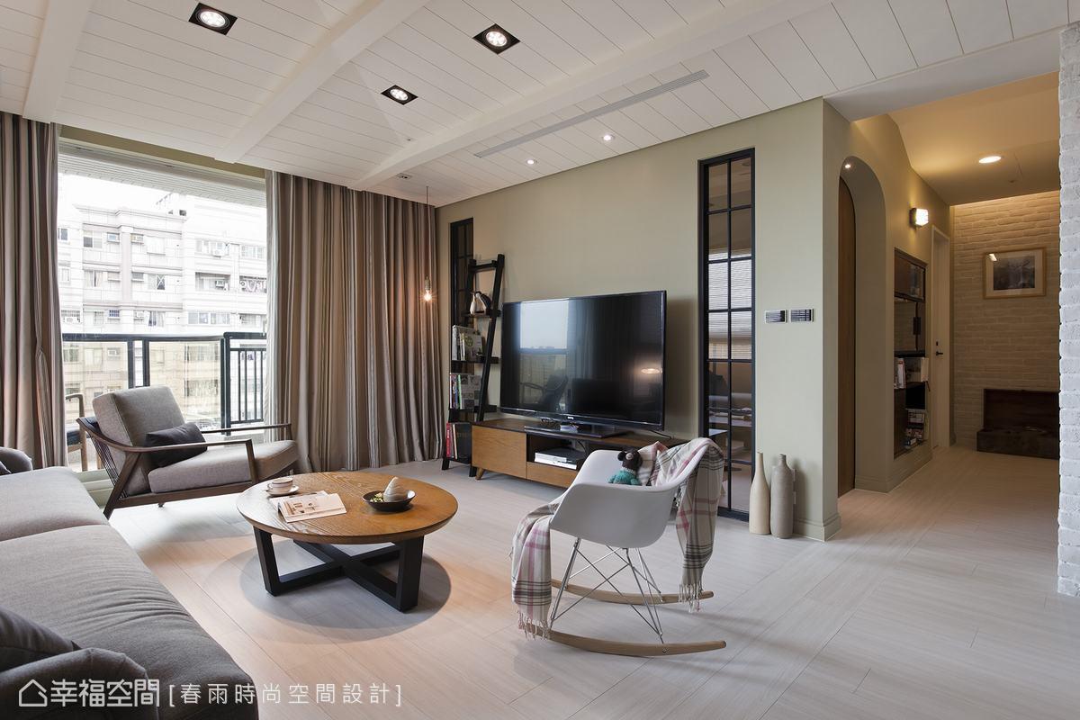 設計師擷取北歐櫥窗即景於電視牆兩側,藉穿透至後方書房的視覺拉長空間景深。