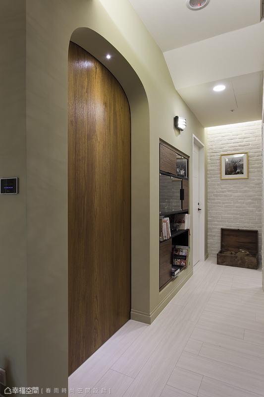 木作半拱書房門片與內嵌於壁面的造型書架,打造休閒隨興的廊道閱讀區。