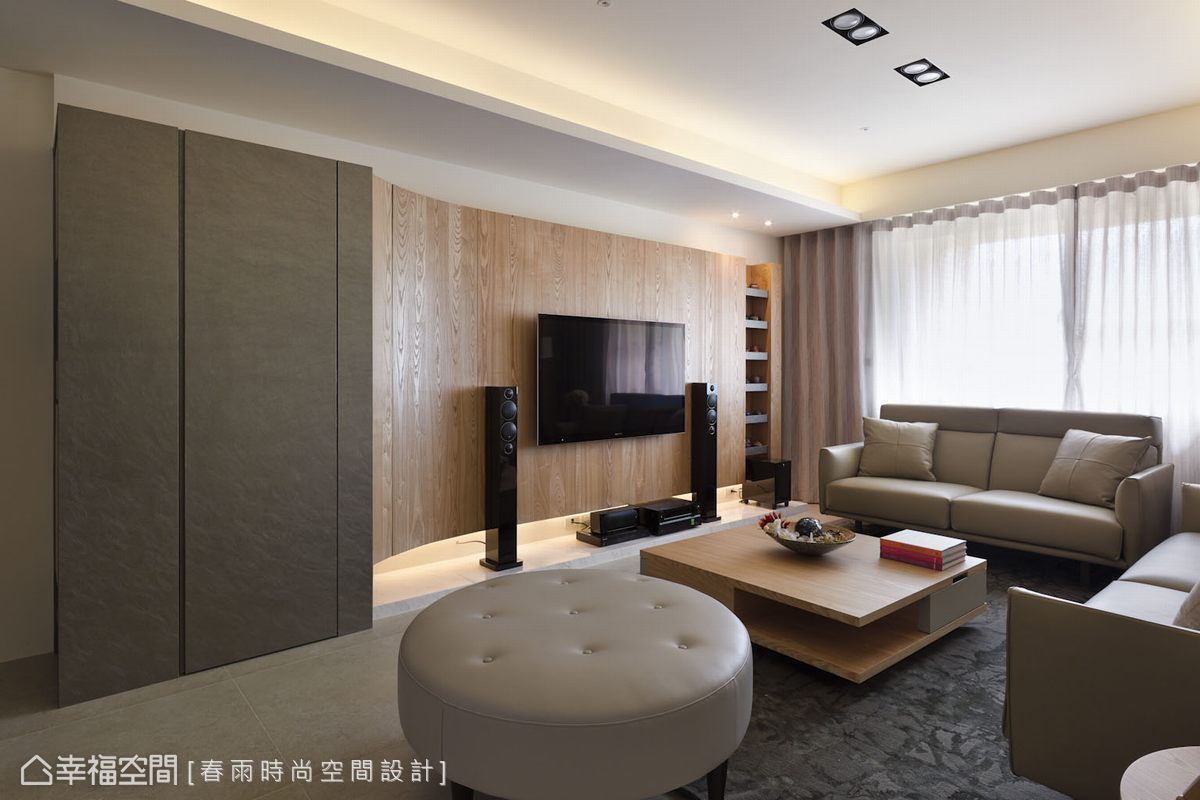 壁布櫃體與木作立面銜接表現接縫細膩度,並克服施做難度導弧規劃,呈現柔和溫潤質感。