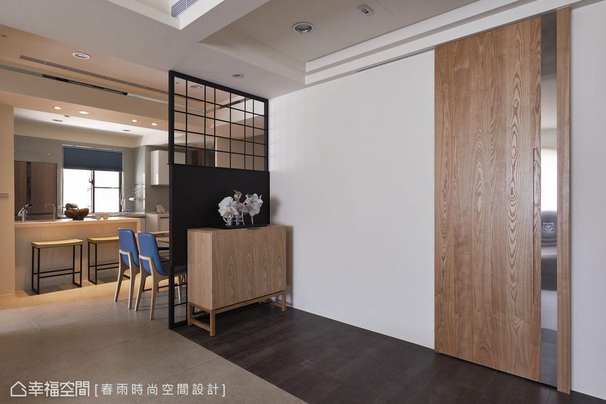 與家具相同肌理色澤的木作拉門規劃,將客衛浴門片納入空間主景的一部份。