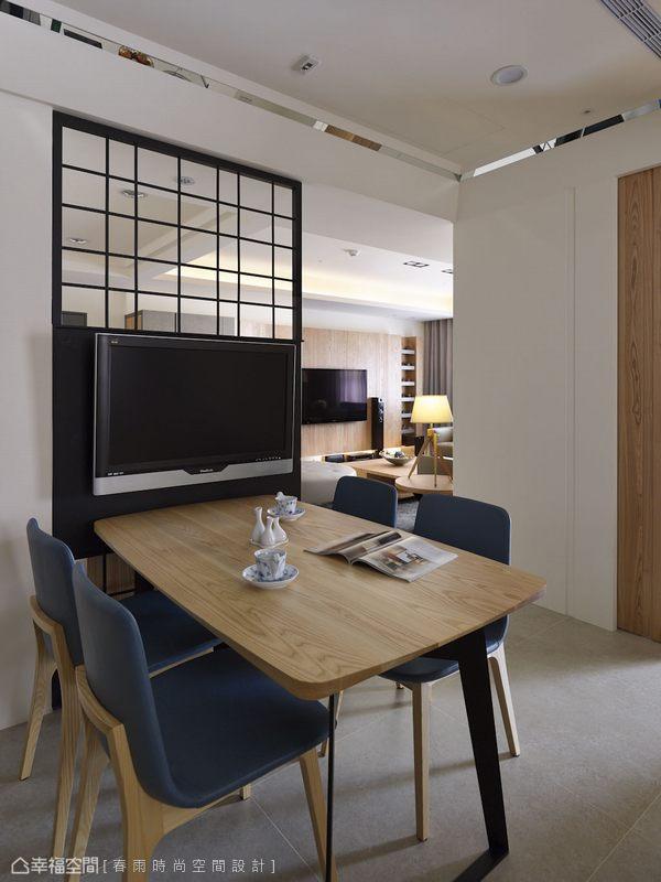 設計師利用鐵件屏風背面吊掛電視,讓設計絕對不僅只單一機能。