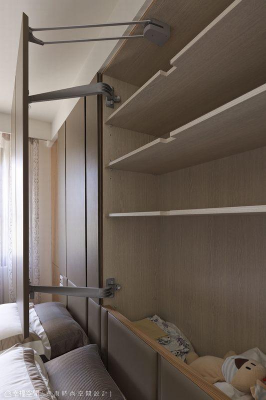 大型門片的特殊開闔方法,大大增加床頭櫃體收納量。