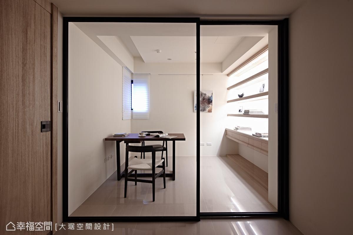隔間牆面拆除,改以玻璃拉門的通透感,即便是小開窗也加分了生活舒適度。