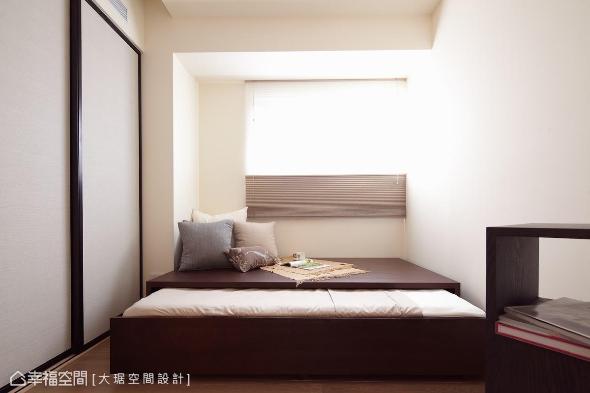 白色風情簾的選用,導引了採光也有了優雅情調。