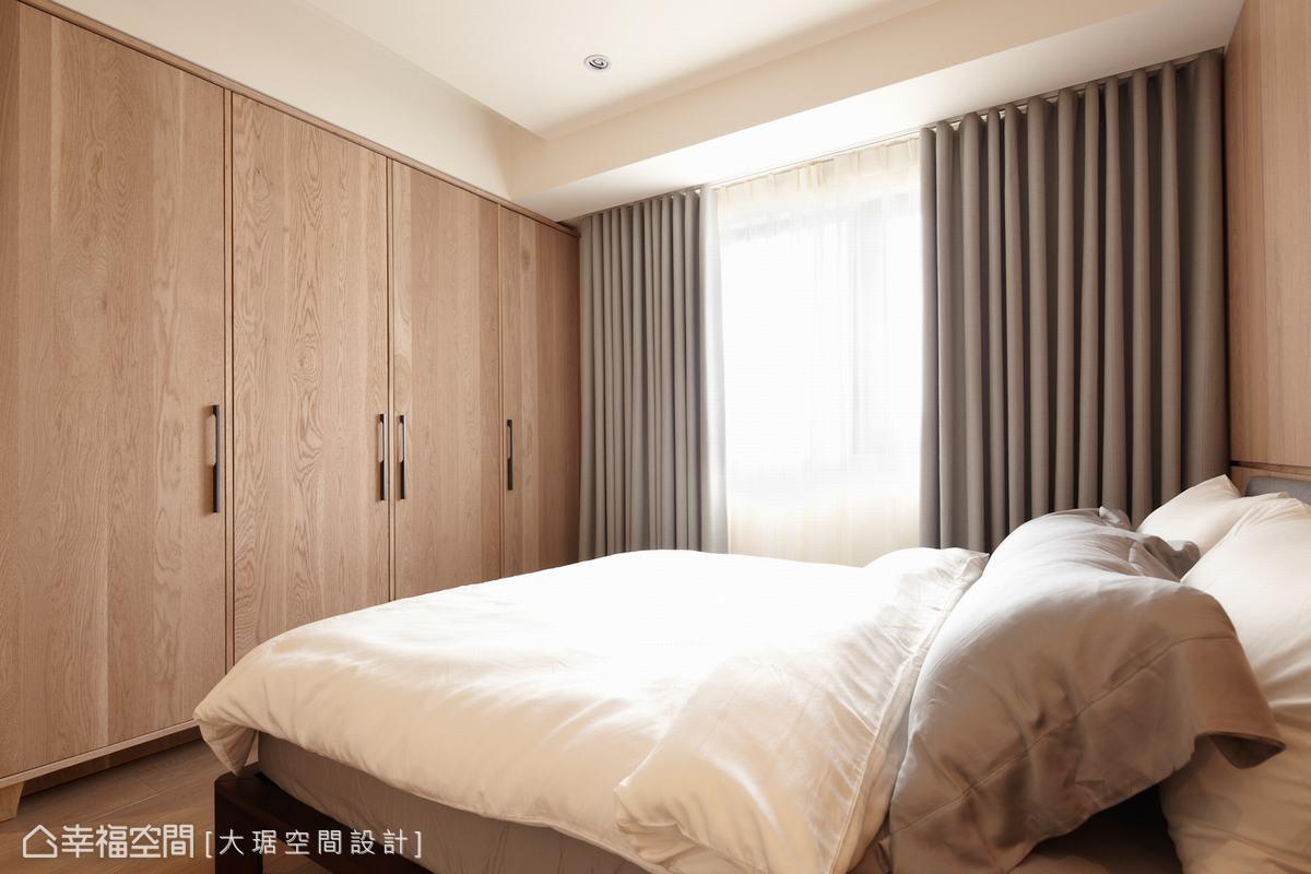 落地窗簾能有效阻隔光源,形塑沉穩寧靜的睡眠環境。