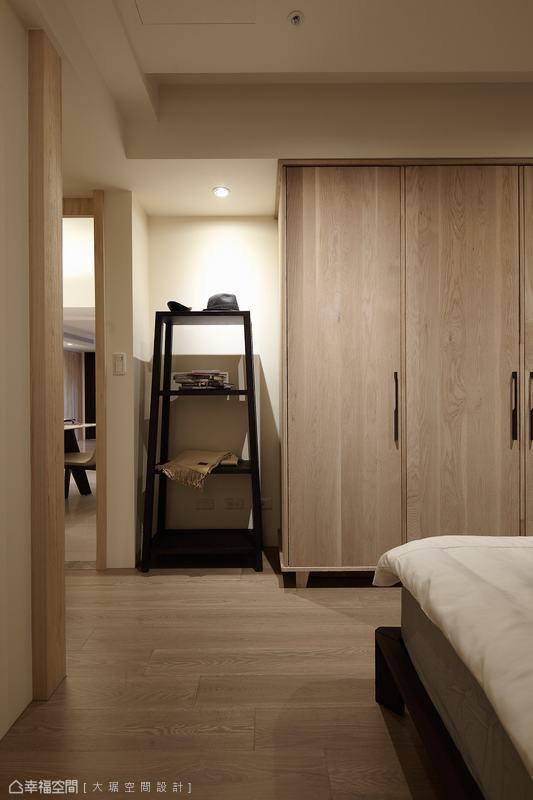 足夠的衣櫃量體,搭以入門置物架增加可隨手擺放空間。