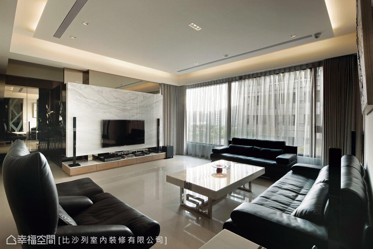 大面對外窗是本案的空間優勢,僅需讓敞亮的光源分佈在各個機能場域。