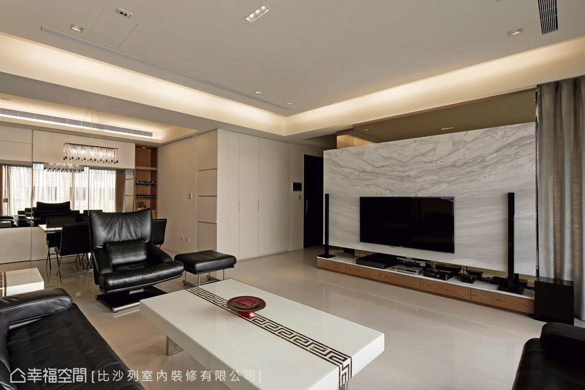 鏡面與與客廳銀狐大理石電視牆共構出鏡射放大的公領域。