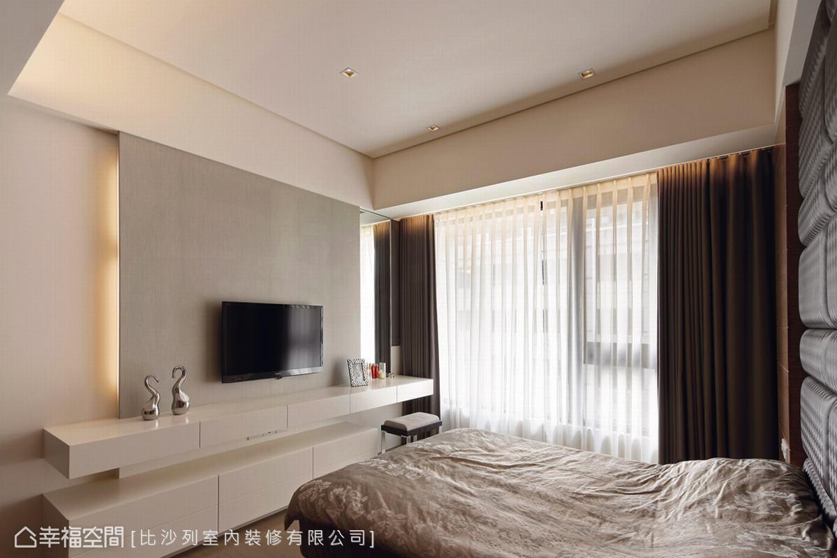 設計師利用樑下的深度結合電視牆與梳妝台的設計。