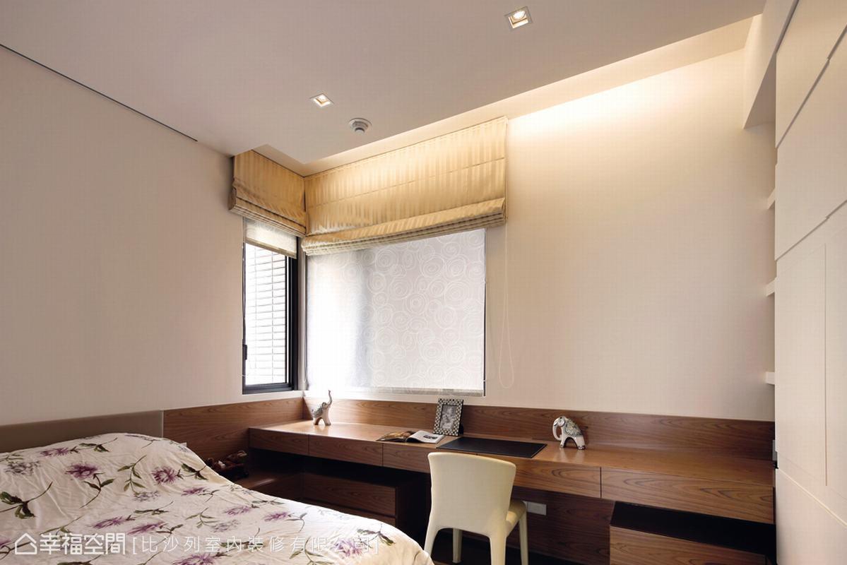保留臨窗區的雙面採光,讓自然日光提振伏案用功時的精神。