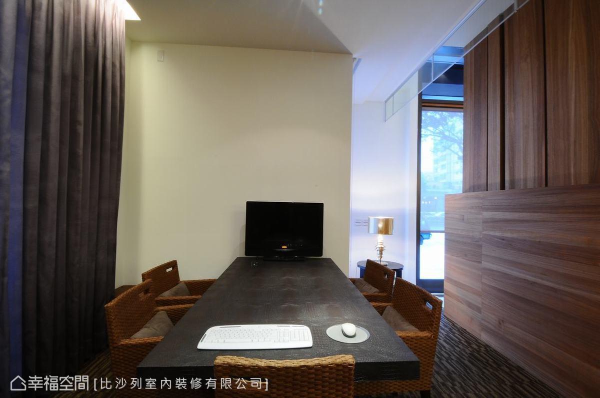 選用藤編質感的特殊桌椅,點綴出空間的細膩質感。