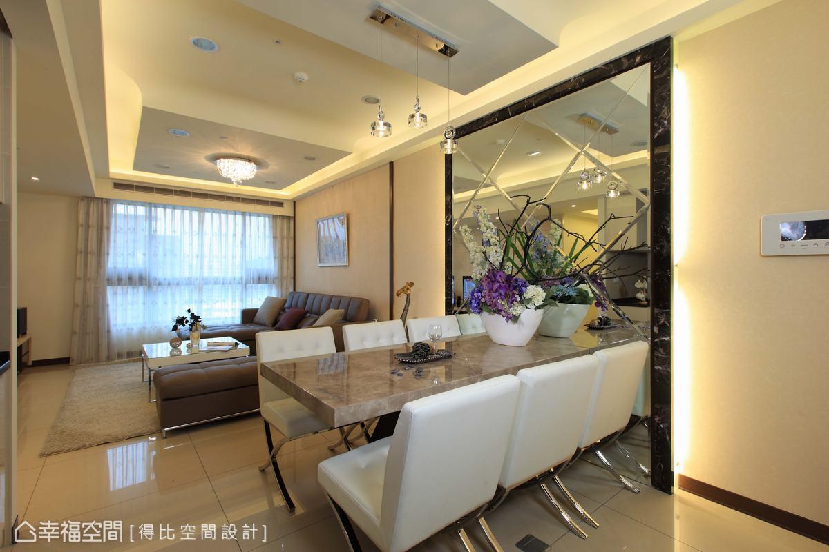公領域天花板呈現出兩個主體,均採少見的降板造型佐以弧形線條柔化邊界,客廳另外搭配一盞吸頂燈,大方又典雅。